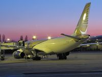 A9C-KF @ LFPG - beautifuls colors at terminal CDG T1 parking Zoulou, GULF AIR - by JC Ravon - FRENCHSKY