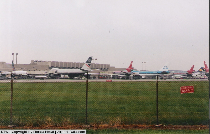 Detroit Metropolitan Wayne County Airport (DTW) - Berry International Terminal in 2000, back in its busy days