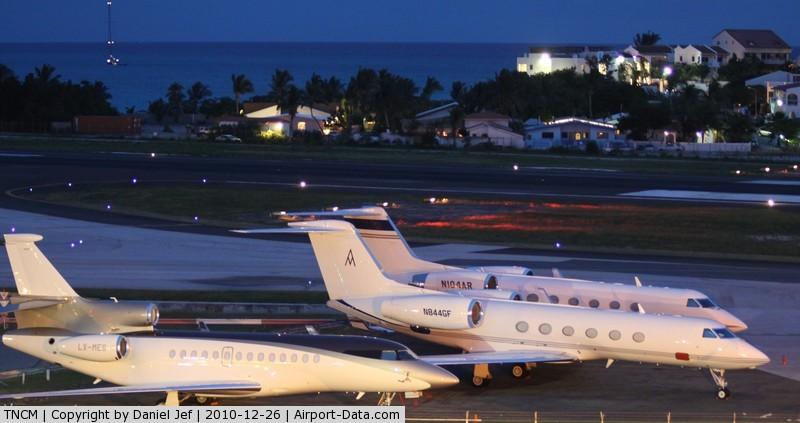 Princess Juliana International Airport, Philipsburg, Sint Maarten Netherlands Antilles (TNCM) - The cargo ramp at night TNCM