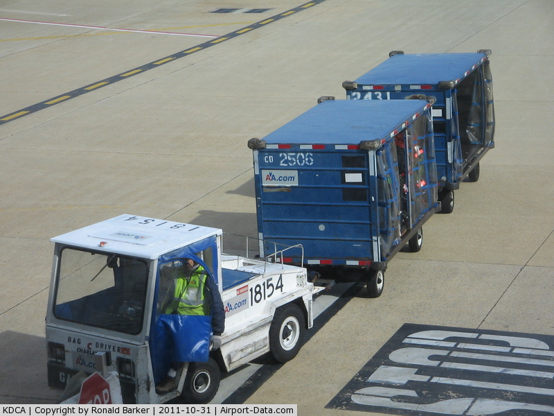 Airport Baggage Tugs http://www.airport-data.com/airport/photo/024350.html.html