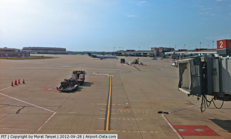 Pittsburgh International Airport (PIT) - View from Concourse B