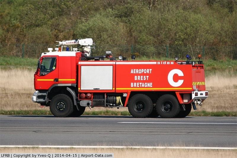 Brest Bretagne Airport, Brest France (LFRB) - Runway control, Brest-Bretagne airport (LFRB-BES)