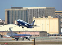 Los Angeles International Airport (LAX) - United Airlines 737-500 climbing out on 25R KLAX - by Mark Kalfas